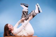 Vrouw die de sokken van het schaatsenbont, het schaatsen dragen royalty-vrije stock afbeeldingen