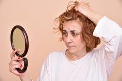 Vrouw die de spiegel bekijkt Royalty-vrije Stock Fotografie