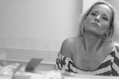 Vrouw die in de spiegel kijkt royalty-vrije stock afbeeldingen