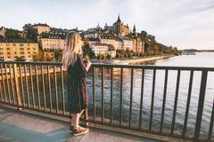 Vrouw die in de stad die van Stockholm reizen van mening genieten stock foto