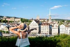 Vrouw die in de stad van Zürich reizen stock afbeeldingen