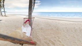Vrouw die in de strandwieg liggen royalty-vrije stock foto