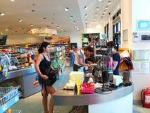 Vrouw die in de supermarkt winkelen Stock Fotografie