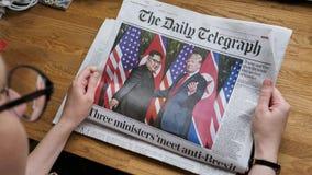 Vrouw die de Daily Telegraph-top van Troefkim lezen stock footage
