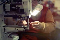 Vrouw die in de textielindustrie werken Stock Foto