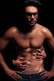 Vrouw die de topless spiermens omhelzen Royalty-vrije Stock Foto's