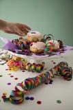 Vrouw die de traditionele Duitse Berliner doughnuts van Pfannkuchen eten Krapfen om Carnaval of de vooravond van nieuwe yearmet stock afbeeldingen