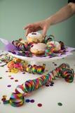 Vrouw die de traditionele Duitse Berliner doughnuts van Pfannkuchen eten Krapfen om Carnaval of de vooravond van nieuwe yearmet stock afbeelding