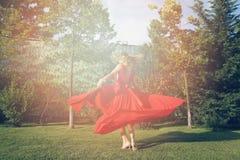 Vrouw die in de tuin dansen Stock Afbeeldingen