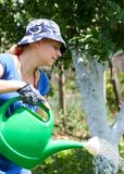 Vrouw die in de tuin werkt Royalty-vrije Stock Afbeelding
