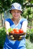 Vrouw die in de tuin werkt Royalty-vrije Stock Foto's