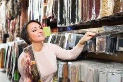 Vrouw die de uitbreidingen van het kleurenhaar bekijken stock foto