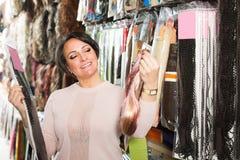 Vrouw die de uitbreidingen van het kleurenhaar bekijken royalty-vrije stock foto