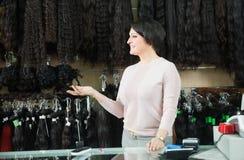 Vrouw die de verschillende uitbreidingen van het kleurenhaar verkopen royalty-vrije stock afbeeldingen
