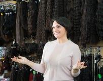 Vrouw die de verschillende uitbreidingen van het kleurenhaar verkopen stock afbeelding