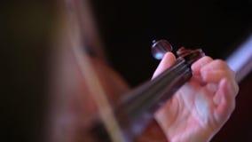 Vrouw die de viool speelt stock footage