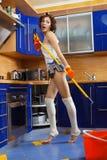 Vrouw die de vloer schoonmaakt Royalty-vrije Stock Foto's