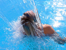 Vrouw die in de Waterval van het Kuuroord overgiet Stock Afbeelding