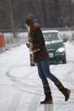 Vrouw die de weg kruist Stock Foto