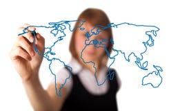 Vrouw die de wereldkaart in een whiteboard 3 trekt Royalty-vrije Stock Foto's
