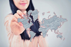Vrouw die de wereldkaart trekken Stock Afbeeldingen