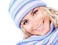 Vrouw die de winterhoed draagt Stock Foto's