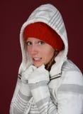 Vrouw die de winterkleren draagt royalty-vrije stock fotografie