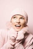 Vrouw die de winterlaag en hoed draagt. royalty-vrije stock afbeeldingen