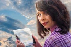 Vrouw die de wolkentechnologie gebruiken van het tabletnotitieboekje Stock Afbeelding
