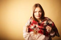 Vrouw die de wollen gecontroleerde kleding van de sjaal warme herfst dragen Royalty-vrije Stock Fotografie