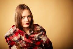 Vrouw die de wollen gecontroleerde kleding van de sjaal warme herfst dragen Royalty-vrije Stock Afbeeldingen