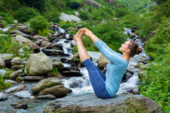 Vrouw die de yogaasana in openlucht doen van Ashtanga Vinyasa Royalty-vrije Stock Foto