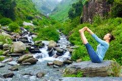 Vrouw die de yogaasana in openlucht doen van Ashtanga Vinyasa Stock Afbeelding