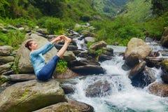 Vrouw die de yogaasana in openlucht doen van Ashtanga Vinyasa Stock Foto