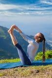 Vrouw die de yogaasana in openlucht doen van Ashtanga Vinyasa Stock Foto's