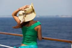 Vrouw die de zomerhoed dragen Stock Afbeeldingen