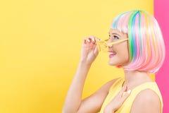 Vrouw die de zonnebril van blindschaduwen in een kleurrijke pruik dragen royalty-vrije stock foto's