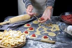 Vrouw die deeg voor eigengemaakte ravioli voorbereiden Stock Fotografie