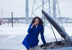 Vrouw die denken over wat aan haar de gebroken machine gebeurde Royalty-vrije Stock Foto's