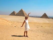 Vrouw die dichtbij piramid loopt Stock Foto
