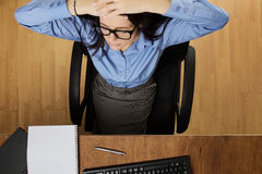 Vrouw die die bij bureau werken hierboven wordt geschoten van Royalty-vrije Stock Afbeeldingen