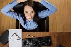 Vrouw die die bij bureau werken hierboven wordt geschoten van Royalty-vrije Stock Fotografie