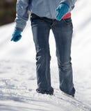 vrouw die in diepe sneeuw loopt Royalty-vrije Stock Fotografie