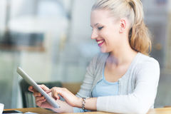 Vrouw die digitale tablet gebruiken bij koffie Stock Fotografie