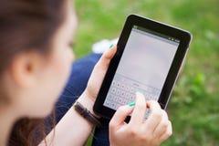 Vrouw die digitale tablet gebruikt Royalty-vrije Stock Foto's