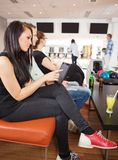 Vrouw die Digitale Tablet in Kegelenclub gebruiken Stock Afbeelding