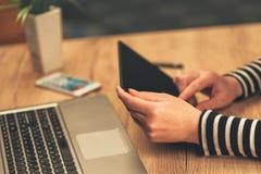Vrouw die digitale tabletcomputer in bedrijfsbureau met behulp van royalty-vrije stock afbeeldingen