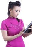 Vrouw die digitale tabletcomputer met behulp van Royalty-vrije Stock Foto's