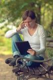 Vrouw die digitale tabletcomputer met behulp van Stock Foto