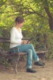 Vrouw die digitale tabletcomputer met behulp van Stock Afbeeldingen